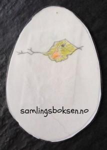 Her ser de den vesle kyllingen som prøver å komme seg ut av egget. Han bankar og bankar.